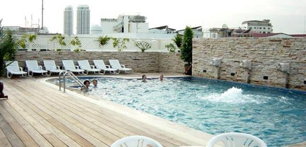 La-piscina-del-Buddy-Lodge-a-Bangkok.jpg